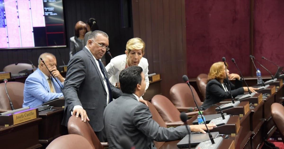 Diputados de la coorriente de Hipolito se mantienen en sesion, mientras Luis Abinader se moviliza frente al congreso.