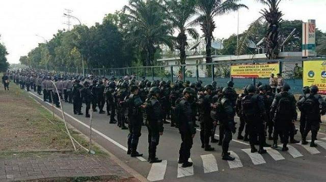 Antisipasi Demo Buruh di DPR, Aparat Polisi Berjaga-jaga di Perbatasan