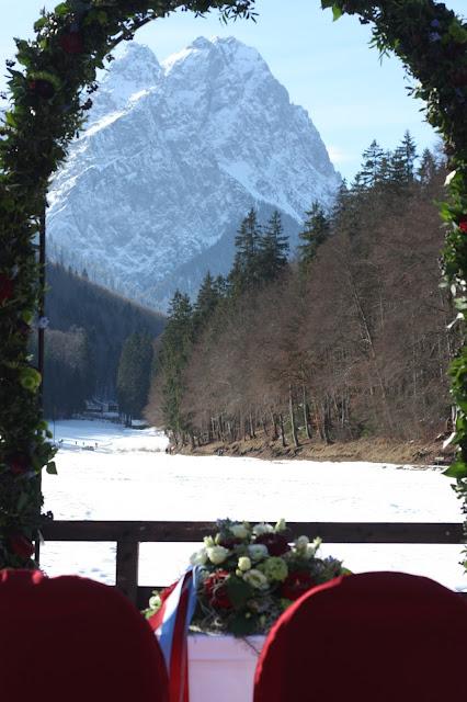 Rosenbogen Winterhochzeit in den Bergen am Riessersee Hotel Garmisch-Partenkirchen in Bayern, Kupfer, Dunkelrot, Hellblau, Grau, Winter wedding abroad Bavaria in copper, ruby red, light blue