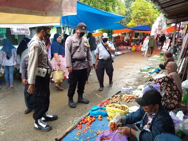 Personel Polsek Pandih Batu Melaksanakan Pam dan Cek Harga Sembako di Pasar Mingguan