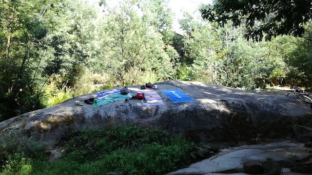 Pedras para colocar a toalha na margem do Rio Cávado
