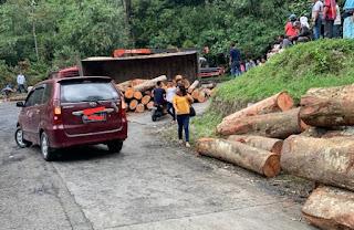 Truk Pengangku Kayu Terbalik di Sibolangit, Arus Lalulintas Dilakukan Buka Tutup