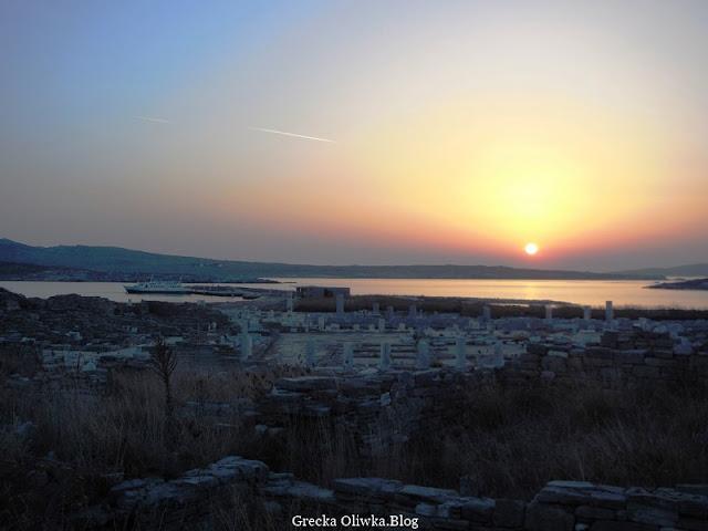 purpurowy zachód słońca na wyspie Delos Cyklady Grecja
