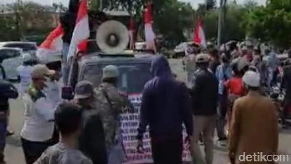 Demonstran Penolak HRS dan Massa FPI Nyaris Bentrok di Karawang