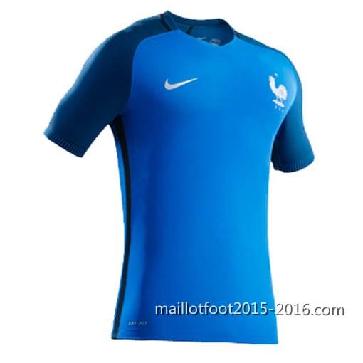 e4c2ef15d9480 le nouveau maillot France Euro 2016 extérieur à prédominance blanche avec  les manches ressemblent aux couleurs du drapeau français.