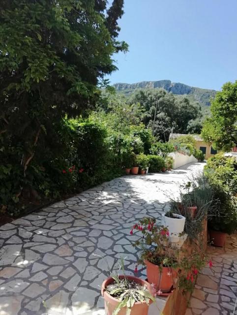 Gdzie spać na Korfu? Nasz wyjątkowy nocleg w Paleokastritsa - idealny dla par, miłośników pięknych plaż i greckiej kuchni.