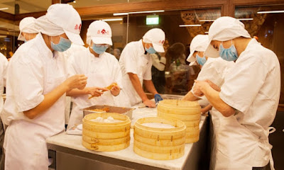 A picture of foodservice workers making dim-sum without wearing gloves during the coronavirus outbreak