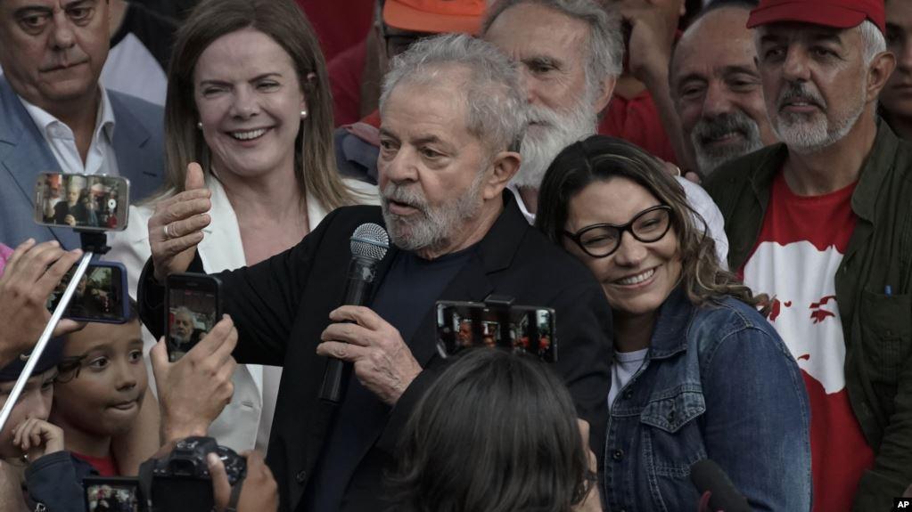 El expresidente de Brasil Luiz Inacio Lula da Silva habla a simpatizantes junto a su novia Rosangela da Silva / AP