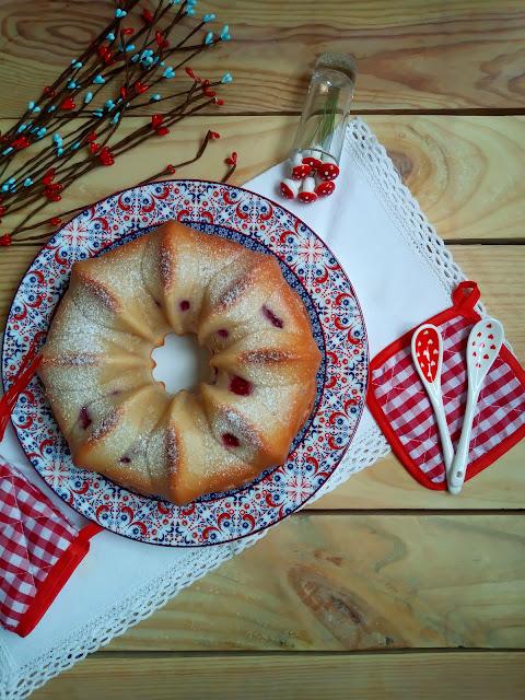 Receta de bundt cake de frambuesas y cava Bizcocho jugoso, esponjoso, tierno fácil Desayuno merienda postre Con horno Champán Fresas Cuca