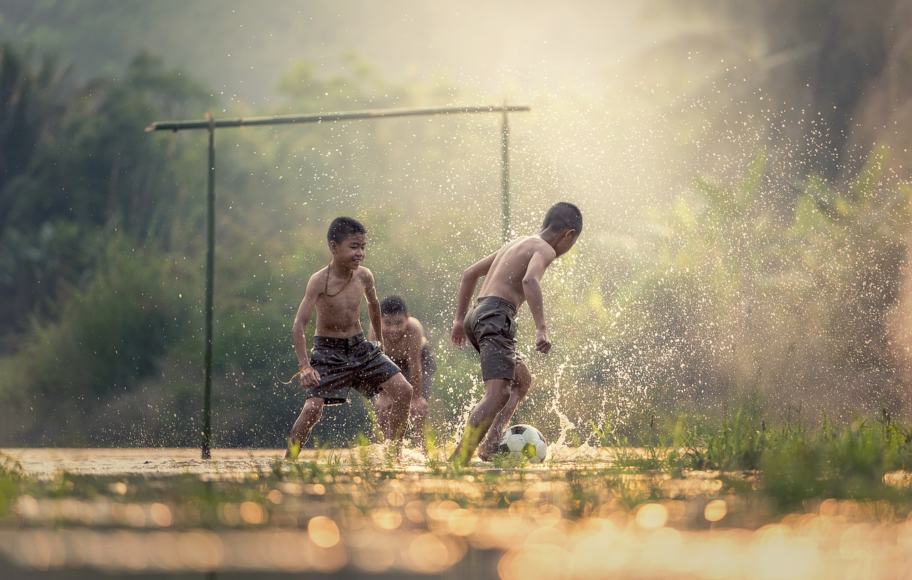 Paixão nacional, o futebol também é prática de exercícios