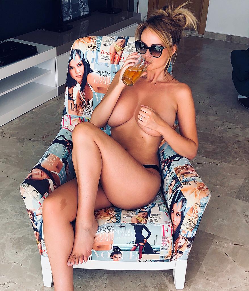 Риан Сагден: Самая сексуальная сисадминша в мире с 6-м размером груди загорает топлес