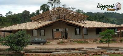 Construção rústica com base de pedra moledo, com os pilares de madeira e a cobertura com telha colonial.