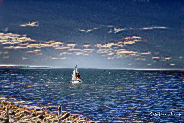 Manipulacion fotográfica.Un barco a vela en el mar con efectos especiales.