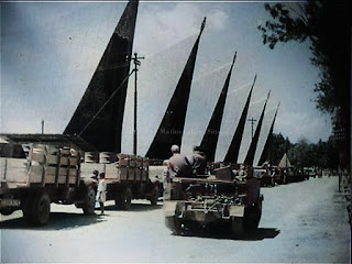 konvoi pasukan belanda di depan pasar balige dengan kendaraan dan bahan bakar