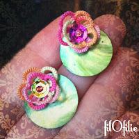 Fleur de nénuphar en frivolité, dentelle aux navettes, avec pastille de nacre, paillette et perles.