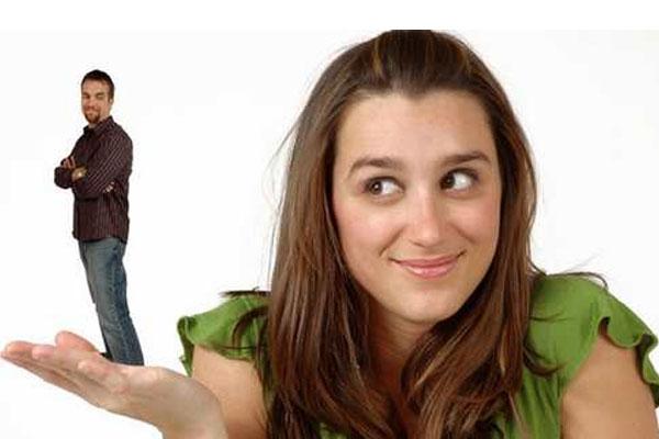 mulher com o homem na palma das mãos