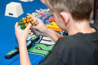 anak kecil bermain kubus rubik