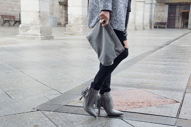 look-ripped-jeans-black-grey-fringes-flecos-boots