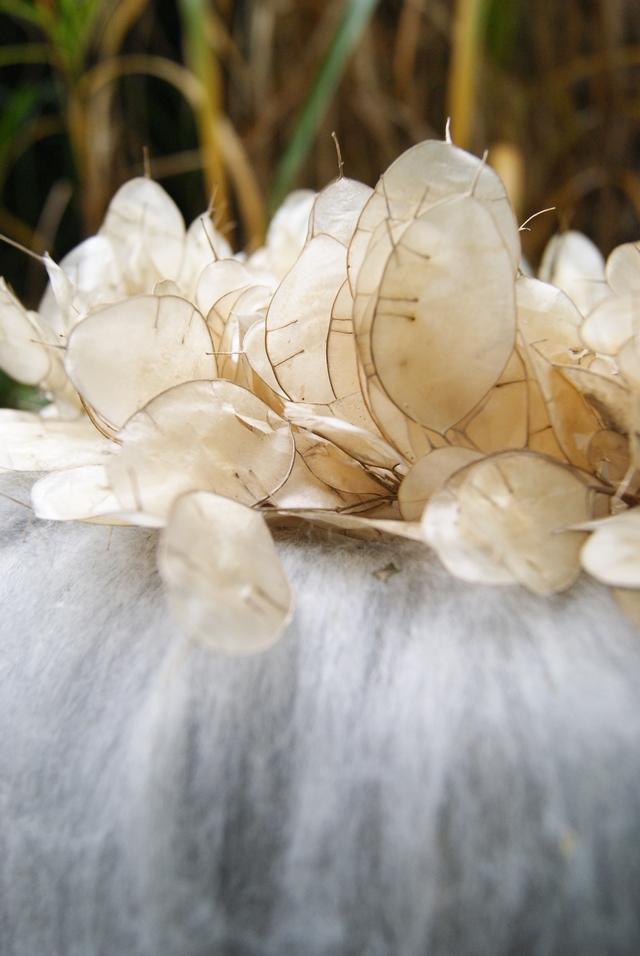 Silberblätter auf Wollkranz nah