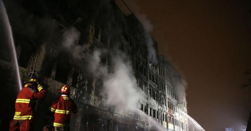 INCENDIO EN LAS MALVINAS: Alrededor de 350 bomberos continúan labores de extinción de incendio esta madrugada - Centro de Lima