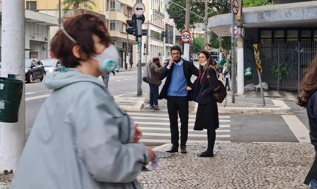 Vigília pelo fim do aborto em frente a hospital em SP é impedida por grupo de mulheres