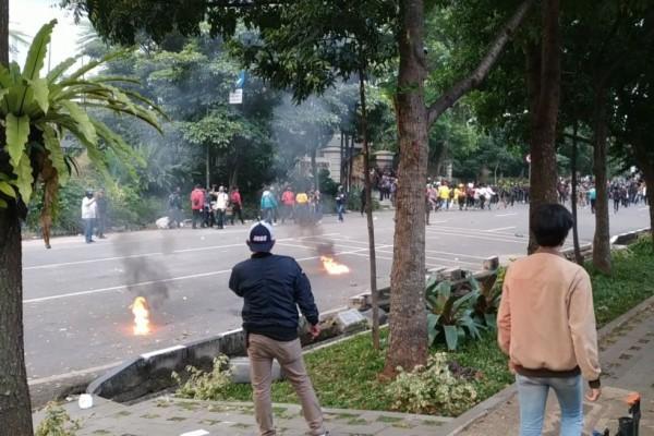 Demo di Bandung Kembali Ricuh, Massa Lempar Bom Molotov ke Polisi