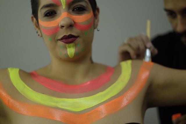 Atração malabaristas do show neon fluorescente nos preparativos de maquiagem artística corporal para a apresentação de abertura do evento de premiação Part Club.