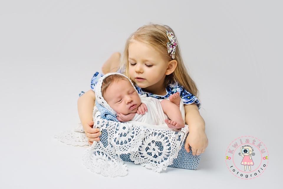 3-letnia dziewczynka przytula swoją małą siostrę