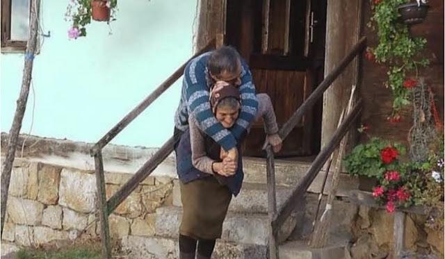 Огромная любовь к ребенку придает этой матери сил. Ей уже 77, но сын по-прежнему не может двигаться