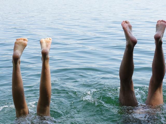 Kinder machen Kopfstand im Wasser
