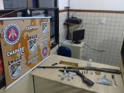 Operação conjunta entre CIPE CHAPADA e RONDESP apreende armas e drogas em Ruy Barbosa
