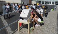 Alumnado vendo e agardando para ver a eclipse