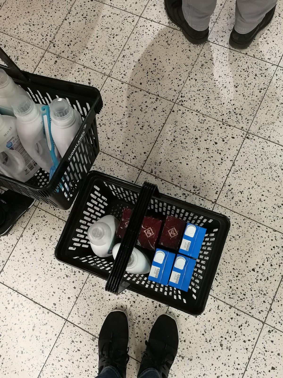 s-market plaza suomalainen kirjakauppa pesuaine kahvi maito tiskiharja kauppa
