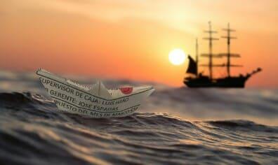 Kita bagaikan sebuah kapal yang sedang berlayar di tengah luasnya samudera yang penuh den Tuhan Engkaulah Juru Mudi Kehidupanku