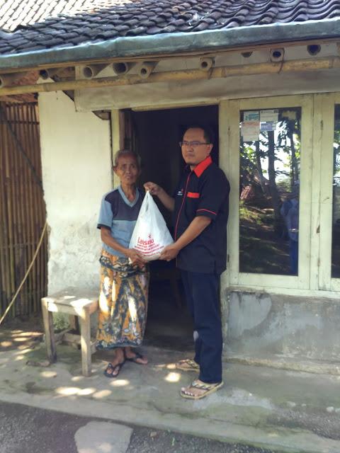 Pentasyarufan Paket Sembako untuk Jompo Dhuafa di Pakusari