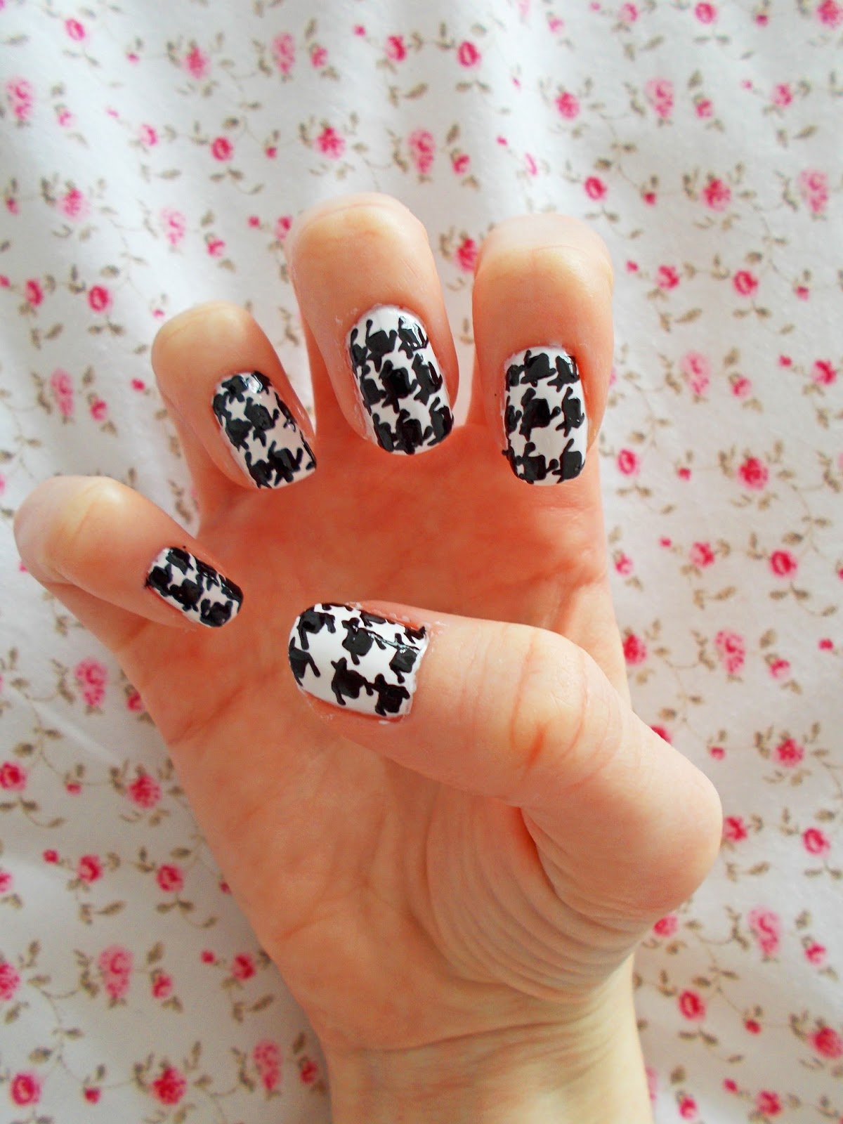 My step-by-step tutorial for Houndstooth printed nails
