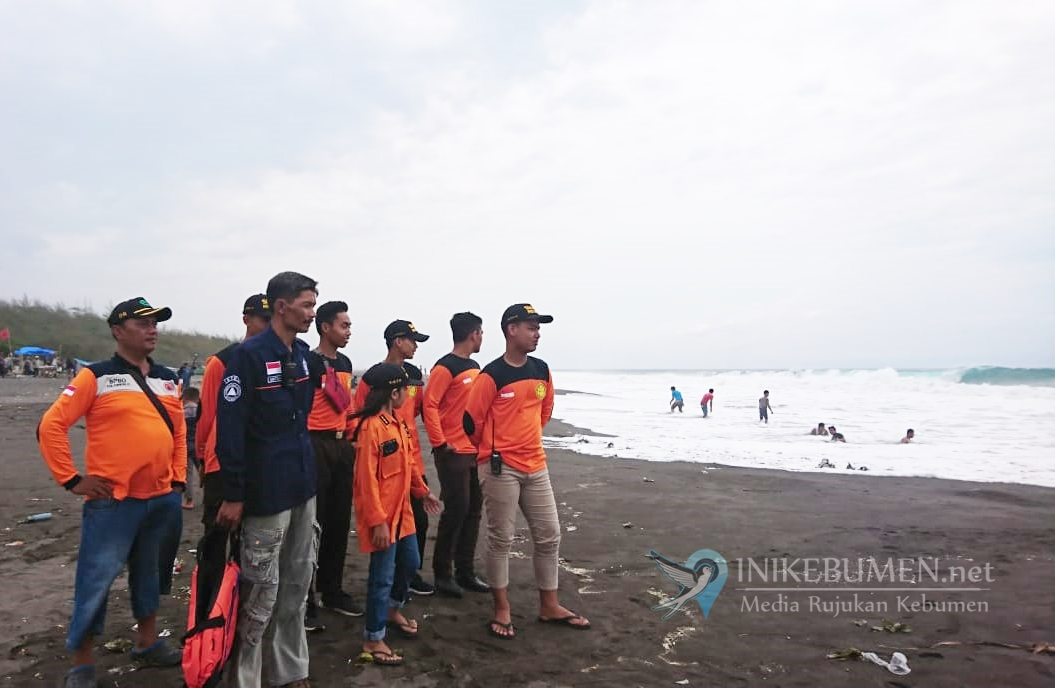 Hari Pertama 2020, Dua Pelajar Hilang Terseret Ombak di Pantai Laguna Mirit