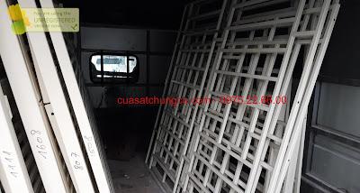 Vận chuyển cửa sắt chung cư trên xe tải