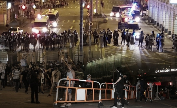 Para Pengunjuk Rasa Kepung dan Buar Barikade di Sham Shui Po Untuk Memblokade Lalu Lintas