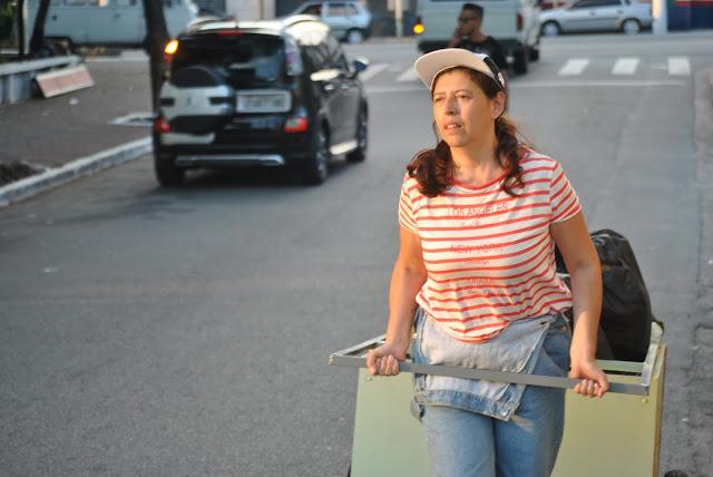 """Coletivo Sankofa leva às ruas """"Nena"""", performance inspirada na vida de uma catadora de materiais recicláveis"""