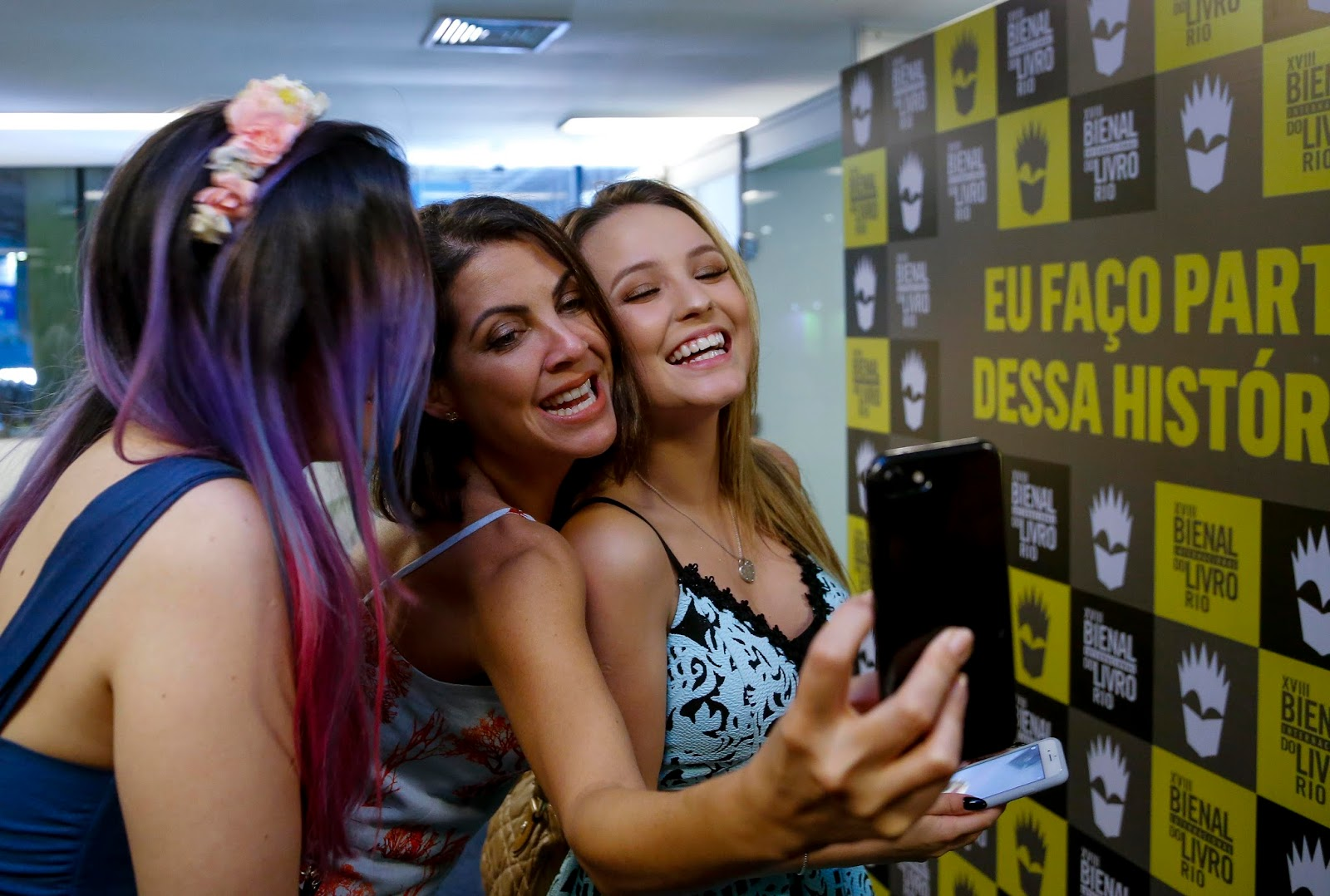 52b142d56306a Da esquerda para direita  Luiza Trigo, Thalita Rebouças e Larissa Manoela    FOTO REPRODUÇÃO BIENAL