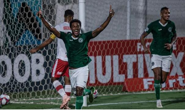 Série B: Goiás vence o CRB em confronto direto e entra no G-4