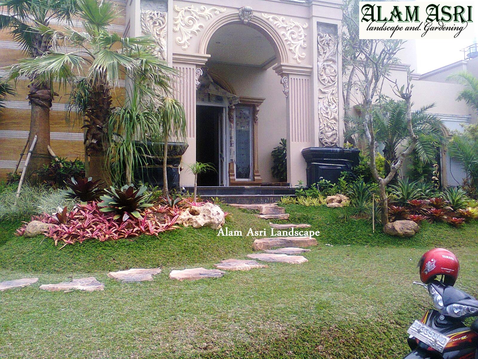 taman di halaman depan rumah jasa tukang taman surabaya