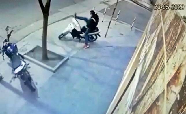 [VIDEO] Así robaron moto en Rochdale y Bahía Blanca, a plena luz del día
