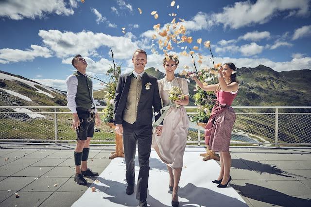 Grod gheirad, Traurednerin, freie Trauung, Gipfelglück, Trachtenhochzeit im Zillertal, heiraten in den Bergen Tirol, Alpenweltresort Königsleiten, Dirndlbraut, Hochzeitsplaner Uschi Glas, 4 weddings & events, Hochzeitsfotografie Marc Gilsdorf, weddingstyled.com