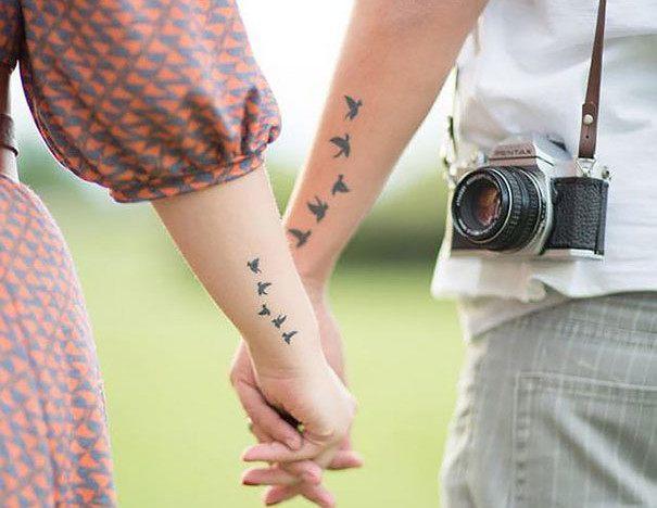 Vemos a una pareja paseando, muestran tatuaje de pareja con pajaritos
