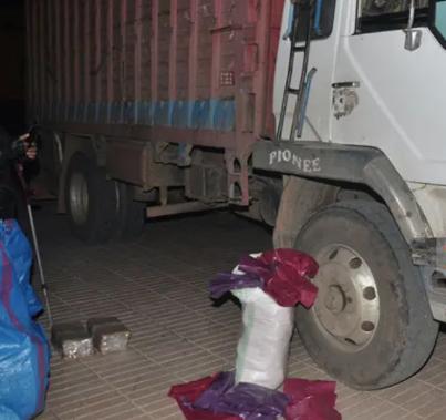 الدرك الملكي يضبط شاحنة محملة بالأكياس البلاستيكية المحظورة بالطريق السيار