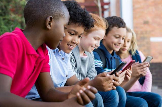 Crianças usando celular na escola