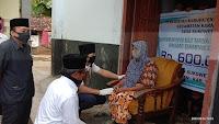 Bupati Arifin Salurkan Langsung BLT DD di desa Sukowetan Karangan