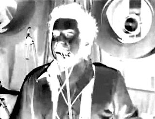 """Mio ritocco di un fotogramma tratto da un'esecuzione dal vivo di """"Linoleum"""" dei NOFX. In foto, il cantante e bassista Fat Mike. Click sull'immagine se non hai ancora letto la parte I di questo tema."""